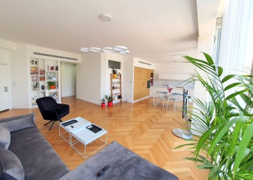 SOPHISTICATED RENOVATED 4 ROOM APARTMENT IN CENTER AREA PFN # 10573